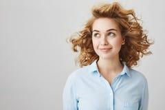 Ningún viento puede arruinar mi peinado Mujer europea confiada encantadora con el pelo rizado rubio corto que mira a un lado y qu Fotos de archivo libres de regalías