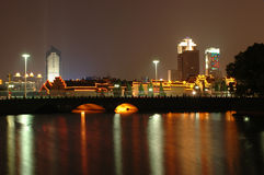 Ningbo, Cina - moon il lago entro la notte immagini stock libere da diritti