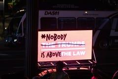 Ninguém está acima do protesto Los Angeles da lei foto de stock