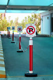 Ningún estacionamiento firma adentro una fila Imagenes de archivo
