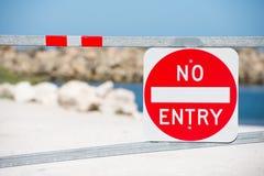Ninguna advertencia de la muestra de la entrada en propiedad de la puerta Foto de archivo