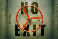 Ninguna advertencia de la salida en la puerta hermética de la arcón Imagen de archivo libre de regalías
