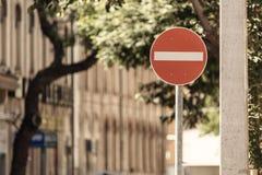 Ninguna advertencia del tráfico por carretera de la muestra de la entrada en la calle entonado Foto de archivo libre de regalías