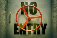 Ninguna advertencia enrty en puerta metálica cerrada Fotografía de archivo libre de regalías