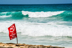 Ninguna bandera roja de la natación, Phuket Tailandia Fotos de archivo