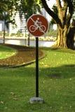 Ninguna bicicleta roja firma adentro el parque de Tailandia Imagen de archivo