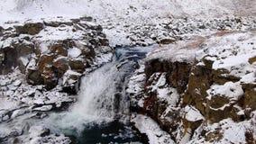 Ninguna cubierta de la cascada del nombre con nieve en Islandia almacen de video