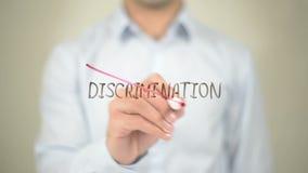 Ninguna discriminación, escritura del hombre en la pantalla transparente almacen de metraje de vídeo
