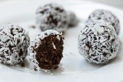Ninguna energía dulce cocida muerde con cacao y nueces Imagen de archivo libre de regalías