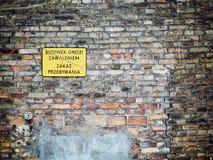 Ninguna entrada firma adentro Polonia en la pared de ladrillo vieja Fotos de archivo