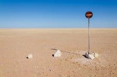 Ninguna entrada o paso prohibió la muestra en el medio del desierto de Namib delante del cielo azul imagen de archivo libre de regalías