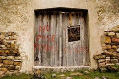 Ninguna entrada, perros agresivos, casa española abandonada Foto de archivo