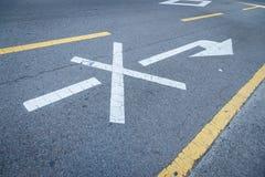 Ninguna flecha del gire a la derecha en el camino Fotografía de archivo
