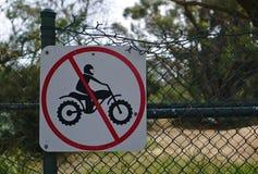Ninguna muestra de la moto en la puerta verde en Australia imagen de archivo
