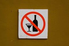 Ninguna muestra del alcohol en la pared Imágenes de archivo libres de regalías