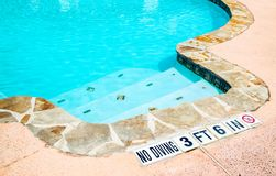 Ninguna muestra del salto en el borde de la piscina Fotos de archivo