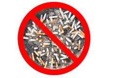 Ninguna muestra del tabaco de cigarrillo Extremos de cigarrillo en el cenicero aislado en el fondo blanco El concepto de mundo ni Foto de archivo