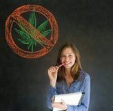 Ninguna mujer de la marijuana de la mala hierba en fondo de la pizarra Foto de archivo libre de regalías