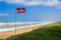 NINGUNA NATACIÓN señala el vuelo por medio de una bandera - resaca áspera - OBX Foto de archivo