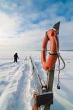 Ninguna necesidad del flotador en el mar Báltico congelado Fotos de archivo