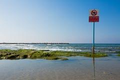 Ninguna señal de peligro de la natación, hebreo, árabe, inglés, teléfono Aviv Isre foto de archivo