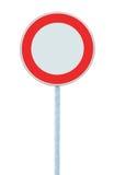 Ninguna señal de peligro del tráfico de vehículos, primer aislado detallado grande Foto de archivo