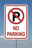Ninguna señal de tráfico del estacionamiento con el cielo Fotos de archivo libres de regalías