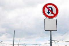 Ninguna vuelta de U permitida firma en la ciudad imagen de archivo