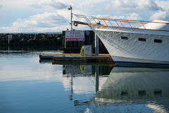Ninguna zona de la estela firma adentro el puerto deportivo Foto de archivo libre de regalías