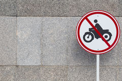 Ninguna zona de la motocicleta advertencia del tráfico por carretera del coche solamente Fotos de archivo