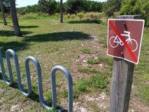 Ningunas bicis pero usted pueden parquearlo Fotos de archivo
