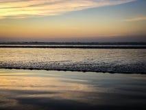 Ningunas personas en la puesta del sol sobre el Océano Atlántico de la playa de Agadir, Marruecos, África foto de archivo