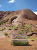 Ningunos caminante/escaladores, subida se cerraron, paseo bajo de Uluru imágenes de archivo libres de regalías