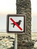 Ningunos perros no prohibidos la muestra en la playa fotos de archivo