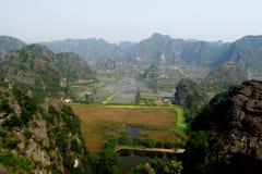 Ninh Bình kalkstenlandskap Fotografering för Bildbyråer