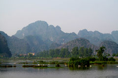 Ninh Bình kalkstenlandskap Arkivfoton