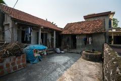 Ninh Binh,越南- 2017年4月10日:有水井老的老房子在Ninh Binh省的老村庄 免版税库存照片