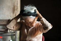 Ninh Binh,越南- 2017年4月10日:有白发的单独住在非常老和恶劣的房子的一名年长妇女的画象 免版税库存图片