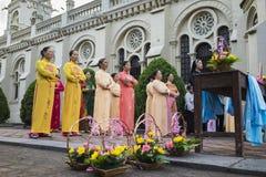 Ninh Binh, Βιετνάμ - 16 Μαΐου 2015: Οι βιετναμέζικες χριστιανικές γυναίκες που φορούν το παραδοσιακό φόρεμα AO Dai εκτελούν το τε Στοκ φωτογραφίες με δικαίωμα ελεύθερης χρήσης