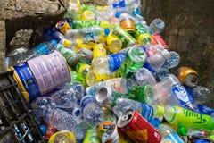 Ninh Binh, Βιετνάμ - 16 Μαΐου 2015: Σκουπίδια που πίνουν τα πλαστικά μπουκάλια στη θέση ταξιδιού προορισμού στο ναό ήχων καμπάνας Στοκ εικόνα με δικαίωμα ελεύθερης χρήσης