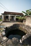 Ninh Binh, Vietnam - April 10, 2017: Gammalt vatten väl i gammal by i det Ninh Binh landskapet Royaltyfri Bild