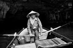 Ninh Binh, Vietnam - 02 Juni, 2013: Kvinnadrevet fartyget i floden Royaltyfri Fotografi