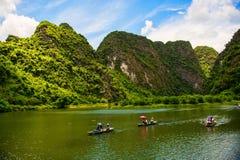 Ninh Binh, Vietnam - 02 Juni, 2013: Turisten går i floden på fartyget för sight Royaltyfri Bild