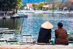 NINH BINH, VIETNAM MARCH01,2015 : Les couples se reposent au Doc. photographie stock libre de droits