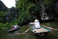 Ninh Binh, Vietname - 14 de outubro de 2010: Entrada à caverna no rio de Ngo Dong Rio subaquático Paisagem formada por torres do  Imagens de Stock