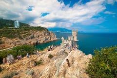 Ninho bonito da andorinha da paisagem na Crimeia em um dia ensolarado claro fotografia de stock