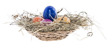 Ninho com os ovos da páscoa no branco Fotos de Stock Royalty Free