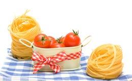 Ninho da massa e cereja dos tomates no guardanapo da manta Imagem de Stock