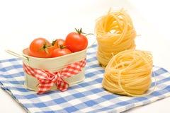 Ninho da massa e cereja dos tomates no guardanapo da manta Imagens de Stock