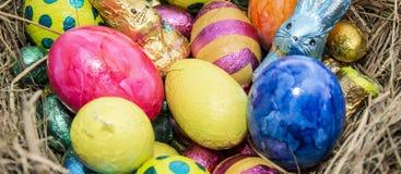 Ninho da Páscoa com doces do chocolate imagens de stock